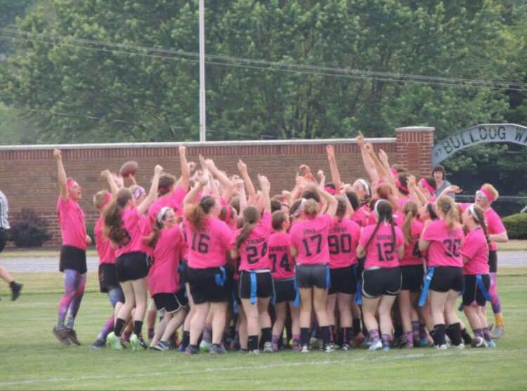 Juniors and seniors get hyped for Powder Puff