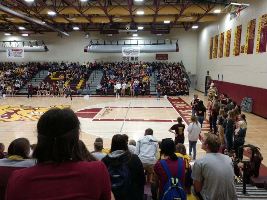 Picture of the sports team balloon popping contest during the Homecoming Fall pep rally.